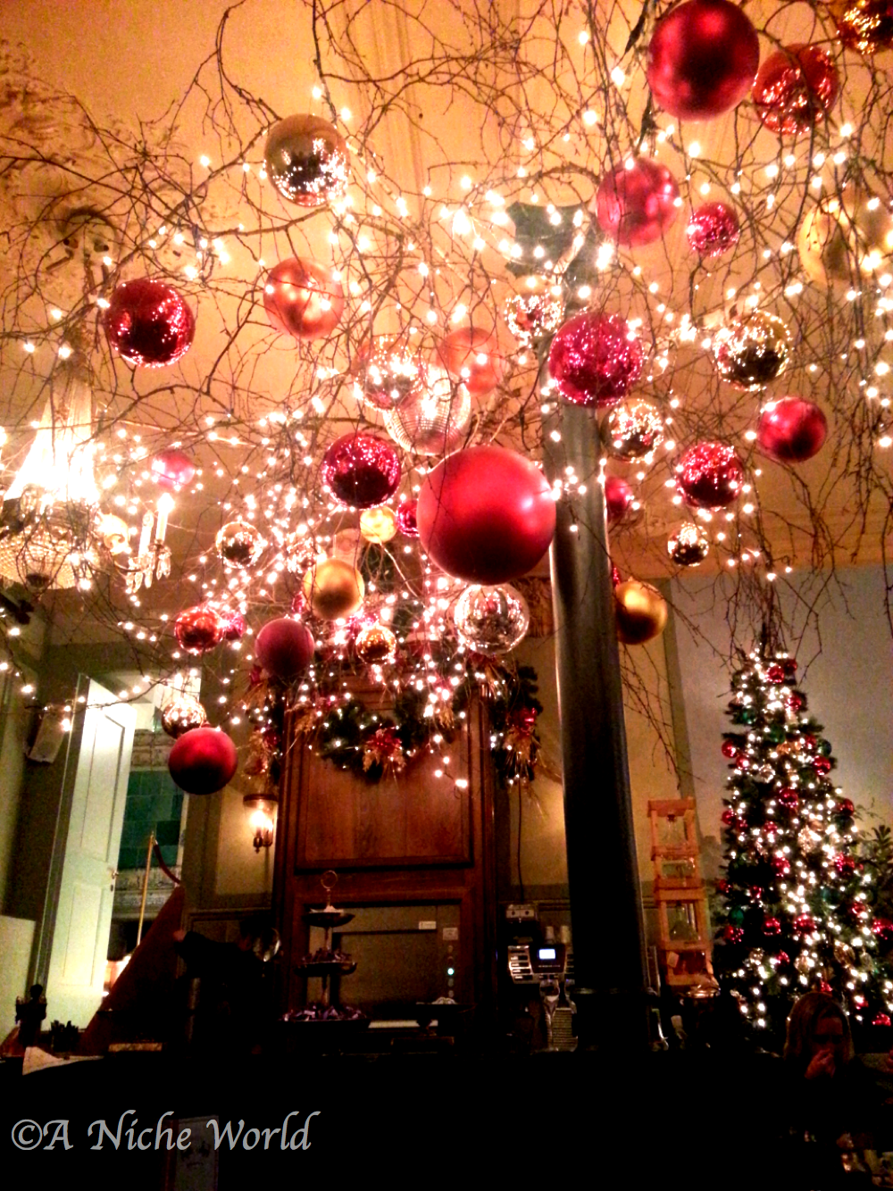 Salon rouge at cafe schober the most cosy beautiful for Salon xmas decorations