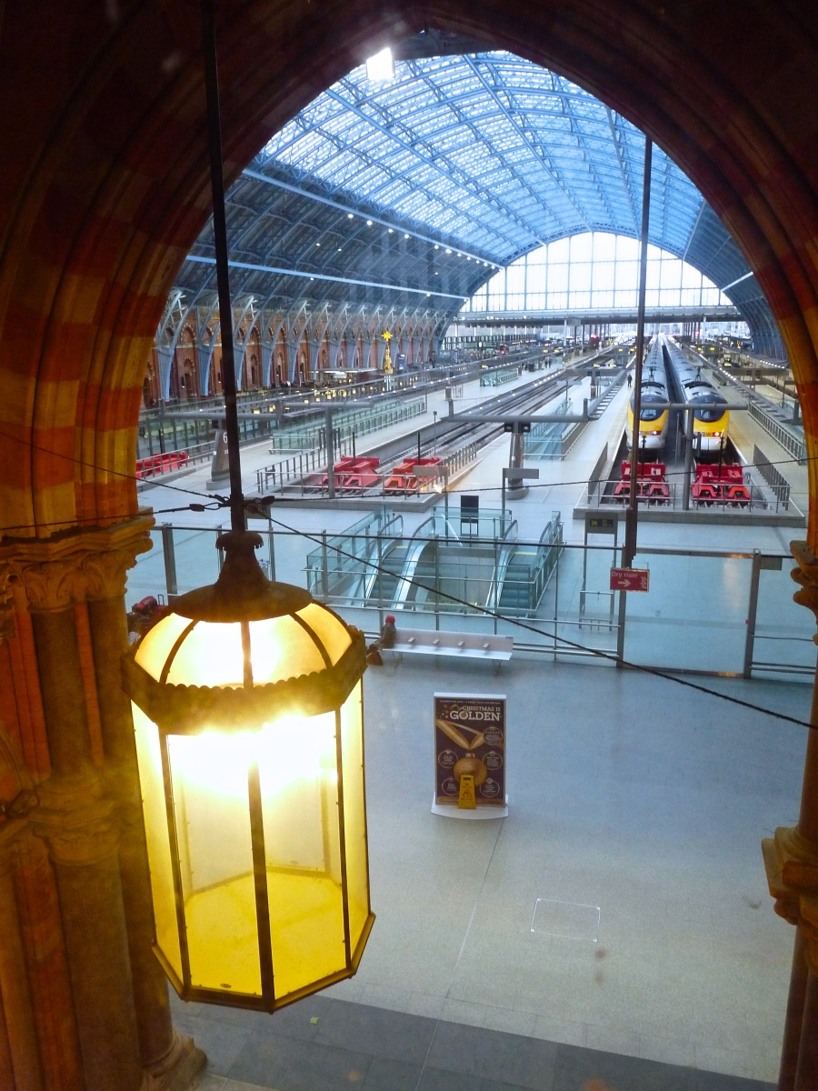 View onto railway station eurostar st pancras renaissance for Interior designers central london
